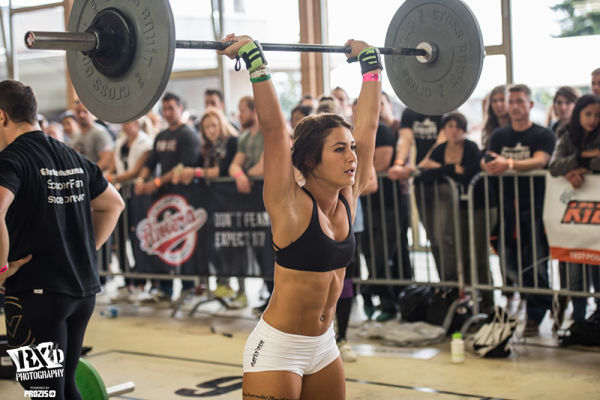 Crossfit-girl-thruster